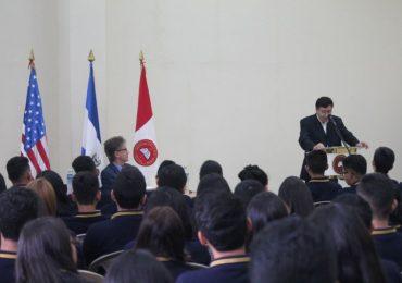 UNICAES Y EMBAJADA DE ESTADOS UNIDOS GRADÚAN A 105 JÓVENES DE ENGLISH ACCESS